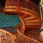 Винтовые лестницы из дерева в интерьере
