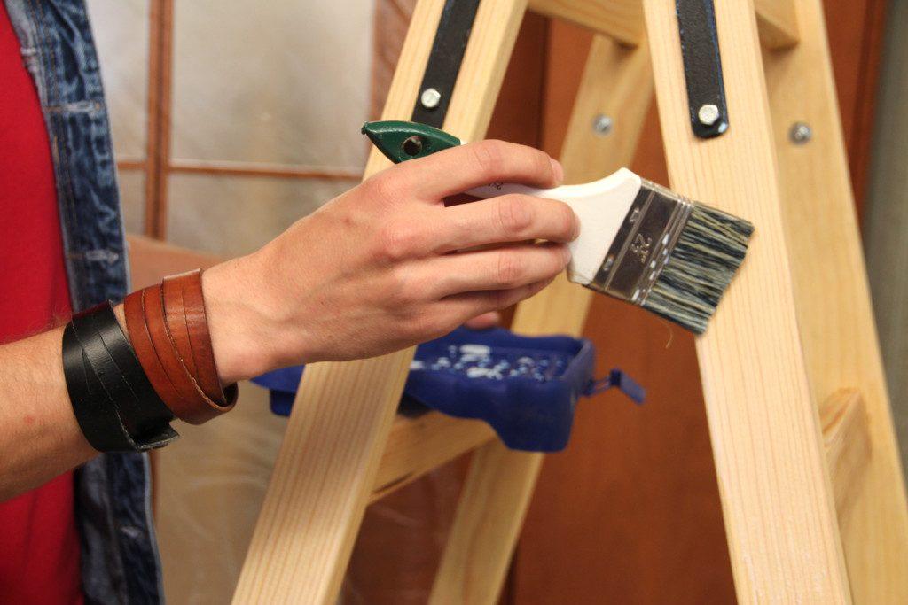 Морилка и лак существенно продлят строк службы древесины