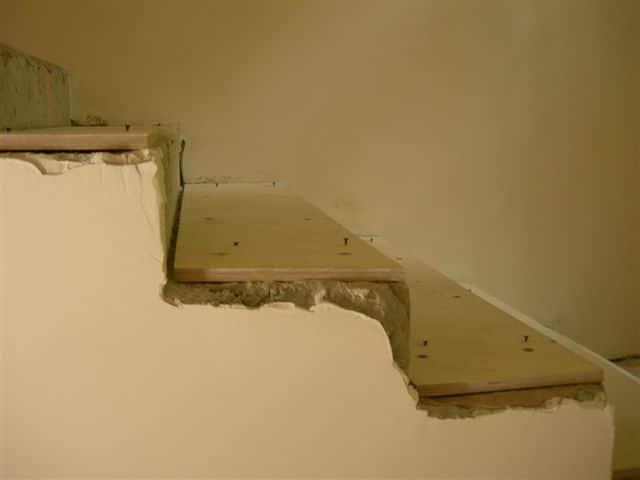 Выравнивание лестницы фанерой