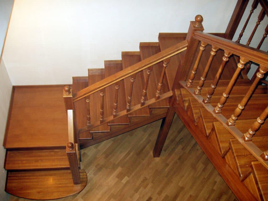 Трехмаршевая деревянная лестница
