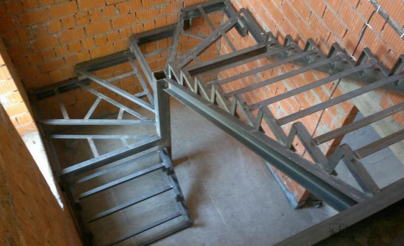 конструкция поворотной лестницы