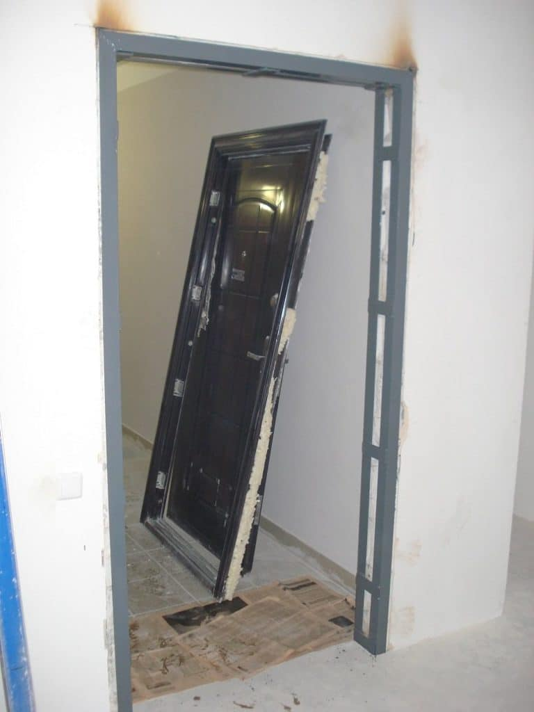 Крепление двери в газобетон