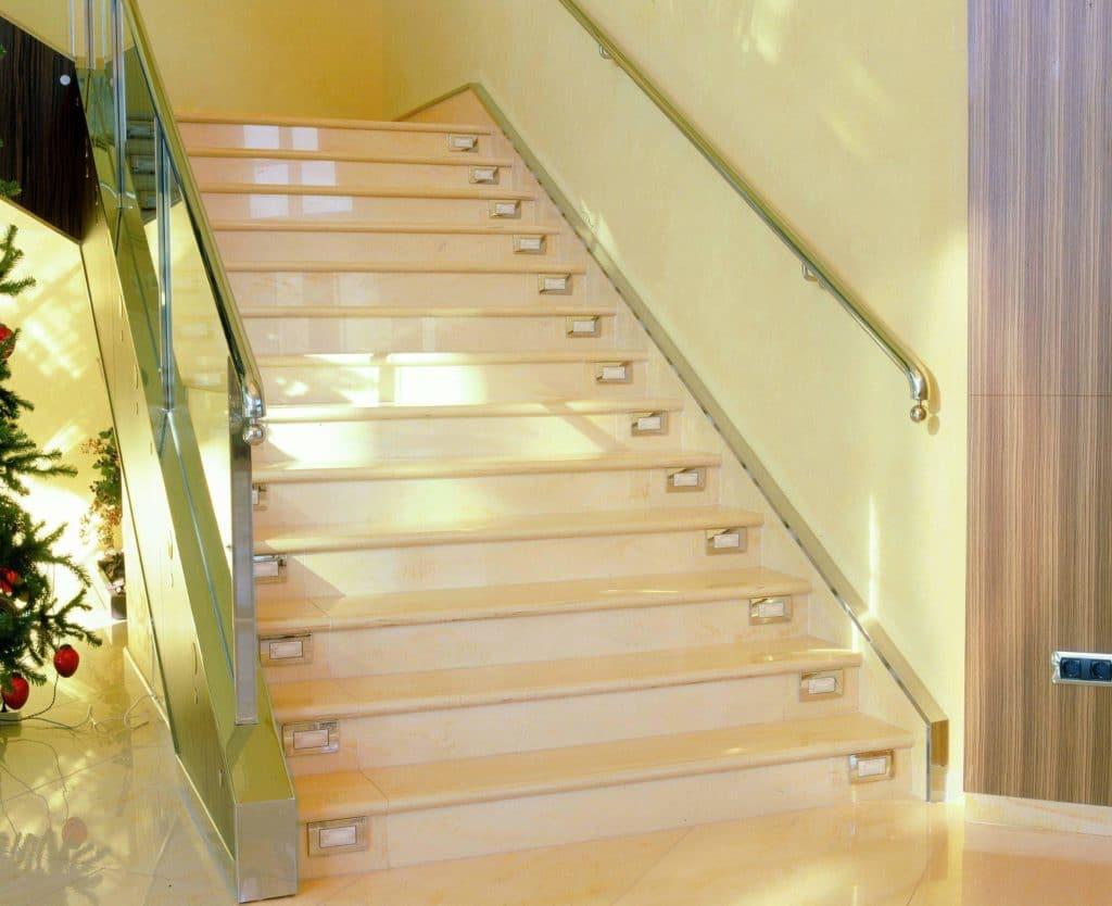 Полированый керамогранит на лестнице