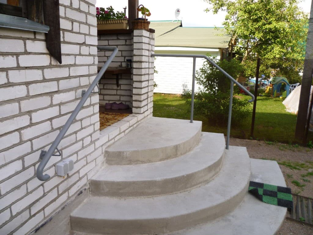 Наружная лестница с удобным заходом с двух сторон