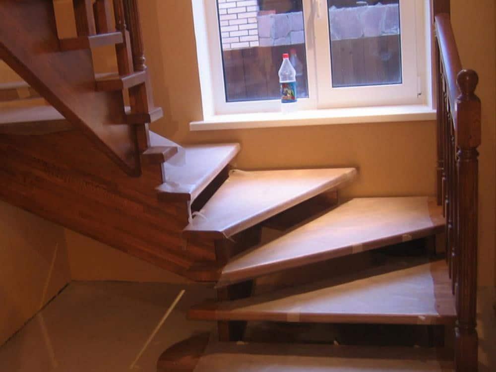 Компактная лестница с забежными ступенями