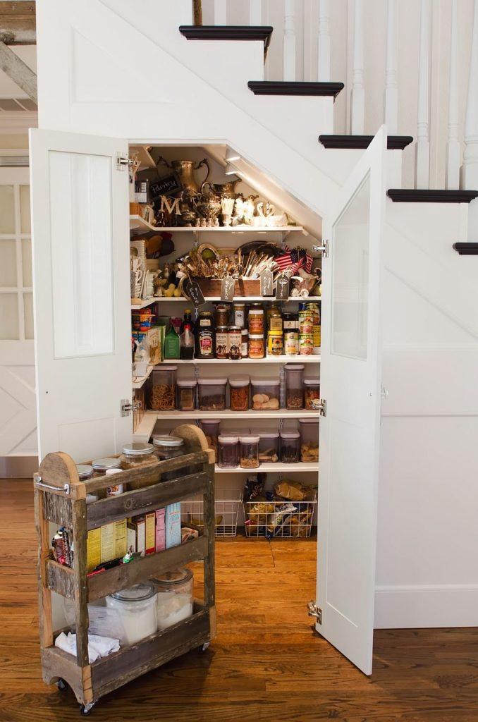 Хранение продуктов в помещении под лестницей