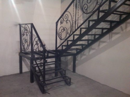 кованая двухпролетная лестница