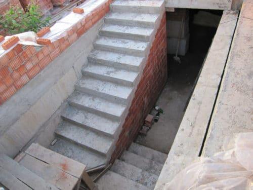 лестница в погреб из кирпича