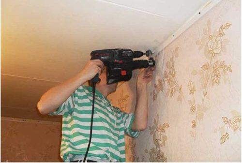 монтаж багета под натяжной потолок