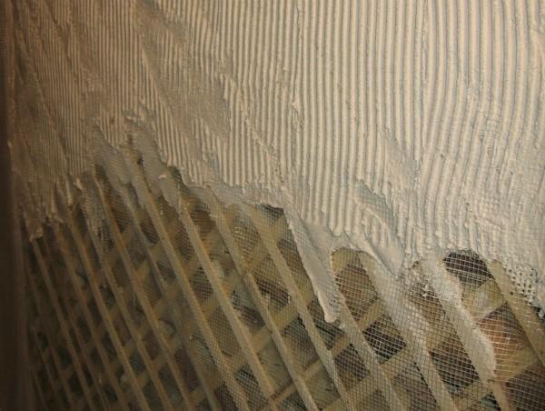 Штукатурка деревянных стен внутри дома и снаружи: нюансы выбора материала и этапы работ