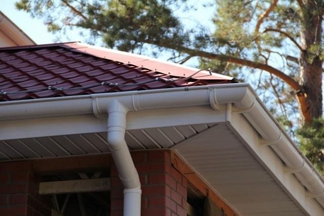 Пластиковые водостоки для крыши устройство и монтаж своими руками размеры желоба и что лучше - пластик или металл