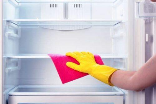 Как отмыть холодильник от запаха внутри?