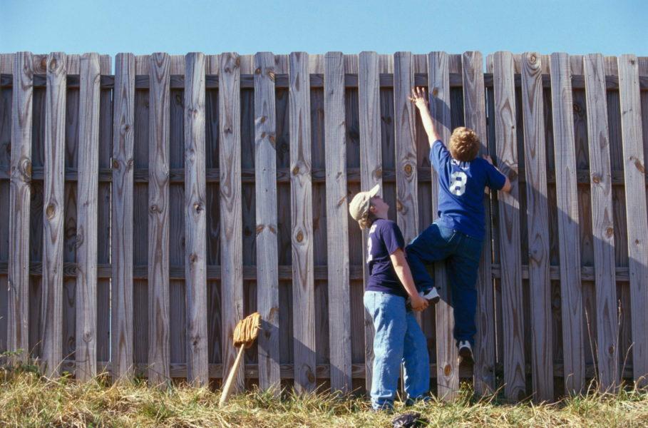 Почему забор должен быть лицевой стороной к соседям