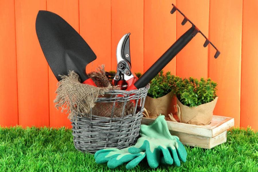 Уберите инструменты и садовую мебель
